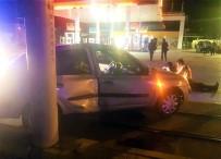 GÖKMEYDAN - Tramvay Yolundaki Direğe Çarpan Otomobil Sürücü Yaralandı