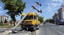 YÜKSEK GERİLİM - Freni Boşalan Tır Elektrik Direğine Çarptı