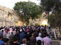 OTURMA EYLEMİ - Filistinliler İsrail Askerleri Tarafından Kapatılan Mescid-İ Aksa Önünde Eylem Yaptı