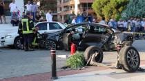 MERKEZ EFENDİ - Manisa'da Otomobil Yayalara Çarptı Açıklaması 1 Ölü, 1 Yaralı