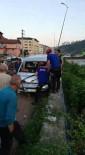 SAĞLIK EKİPLERİ - Minibüs Elektrik Direğine Çarptı Açıklaması 3 Yaralı
