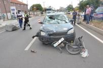 Uşak'ta Otomobil Bisiklete Çarptı Açıklaması 3 Yaralı