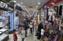 Vatandaşlar Sıcaktan Korunmak İçin Kapalı Çarşılara Akın Etti