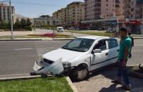 KAYHAN - Otomobil Refüje Çarptı Açıklaması 4 Yaralı