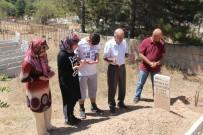 MEZARLIK ZİYARETİ - Elazığ'da Arefe Günü Mezarlıklar Doldu Taştı