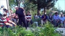 MEZARLIK ZİYARETİ - Pazaryeri Halkı Namazını Kılıp Mezarlığı Ziyaret Etti