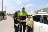 Polis Ceza Yerine Şeker Ve Kırmızı Düdük Dağıttı