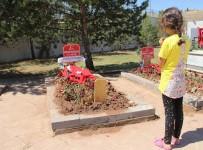 AREFE GÜNÜ - Şehit Bebeğin Ve Annenin Mezarında Hüzünlü Arefe