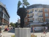 Avşa'da Üzüm Salkımı Heykeli