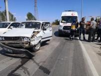 Otomobil Traktör İle Çarpıştı