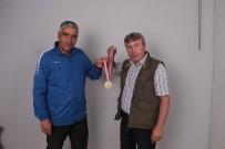 BURHAN FELEK - Aldığı Madalyayı İHA Muhabirine Hediye Etti