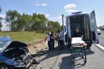MEHMET METIN - Emniyet Şeridindeki Araca Çarptı Açıklaması 2 Ölü, 5 Yaralı