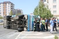 KARACAAHMET - Halk Otobüsü İle Ticari Taksi Çarpıştı Açıklaması 18 Yaralı