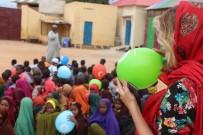 GAMZE ÖZÇELİK - Gamze Özçelik Somali'de Mültecilere Yardım Dağıttı