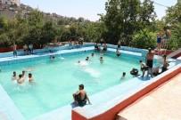 Sıcaktan Bunalanlar Yüzme Havuzlarında Serinledi
