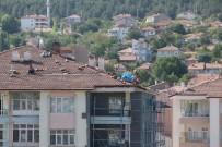 Tehlikeye Aldırış Etmeden Çatı Aktardılar