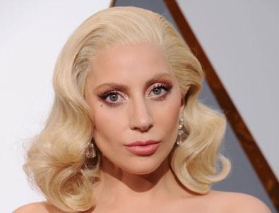 Lady Gaga simle yıkanıyor