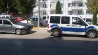 Kırmızı Işıkta Geçen Sürücüye İşlem Yapmak İsteyen Polis Kaza Yaptı