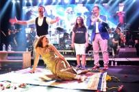 YILDIZ TİLBE - Yıldız Tilbe Sahnede Hediye Edilen Halının Üzerine Yattı
