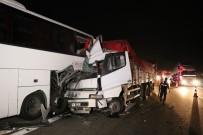 Kamyon Emniyet Şeridindeki Otobüse Çarptı Açıklaması 1 Ölü, 4 Yaralı