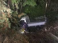 KÜPLÜ - Menfeze Uçan Kamyonetin Sürücüsü Araçta Sıkıştı