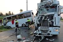AHMET DOĞAN - Turistleri Taşıyan Midibüse Tır Çarptı Açıklaması 13 Yaralı