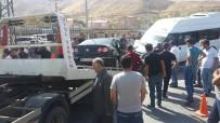 ŞEHİRLERARASI OTOBÜS - Yolcu Minibüsü İle Otomobil Çarpıştı Açıklaması 12 Yaralı