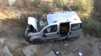 Araç Menfez Kanalına Düştü Açıklaması 4 Yaralı