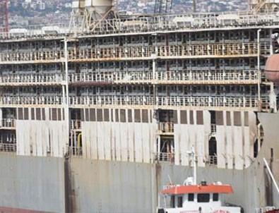 Dev gemi İzmir'e yanaştı! Tüm şehri koku sardı