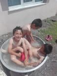 Sıcaktan Bunalan Çocuklar Leğende Serinledi