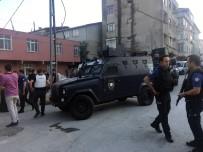 BIBER GAZı - Cezaevi Firarisini Yakalamak İsteyen Polise Taşlı Saldırı