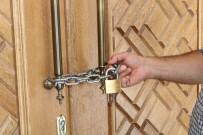 KARAOĞLAN - Cemaat camiye zincir vurdu