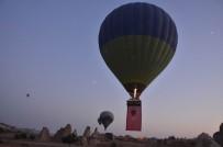 GÖREME - Kapadokya'da Balonlar Türk Bayraklarıyla Havalandı