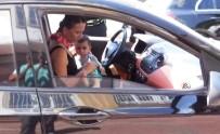 KADIN SÜRÜCÜ - Kucağında Çocukla Trafiğe Çıkan Kadın Sürücüye Ceza
