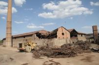 Mahalle Tozdan Kurtuluyor, Tuğla Fabrikasının Yıkımına Başlandı
