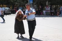 Yaşlı Kadını Karşıya Geçirdi Sonra Elini Öptü