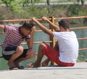 SULAMA KANALI - Kanala Düşen Çocuk Akıntıya Kapılarak Kayboldu, Annesi Ardından Feryat Etti