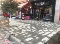 Kars'ta Kazımpaşa Caddesi'nin Kaldırımlarını Yeniliyor