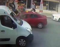 TİCARİ TAKSİ - Taksici Yayaya Çarptı, Metrelerce Havaya Böyle Savurdu