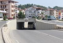 OYMAPıNAR - Antalya'da Turistleri Taşıyan Tur Midibüsü Alt Geçitte Sıkıştı
