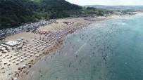 Fırtına Uyarılarına Rağmen Plajlar Doldu Taştı