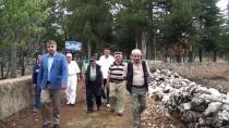MEZARLIK ZİYARETİ - Hayırsever İş Adamı Köyünde 200 Mezar Yaptırdı