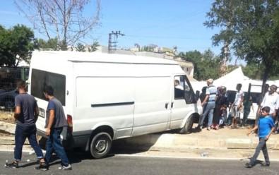 Kontrolden Çıkan Minibüs, Pazar Yerine 3 Metre Kala Durabildi