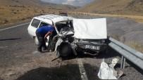 Otomobil, Minibüse Çarptı;2 Yaralı