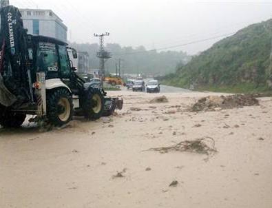 Ordu'da sel köprüleri yıktı, mahsur kalan 165 işçi kurtarıldı