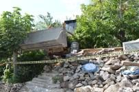 EHLİYETSİZ SÜRÜCÜ - 16 Yaşındaki Sürücünün Kullandığı İş Makinesi Bahçe Duvarına Çarptı