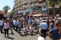 OTURMA EYLEMİ - Kuşadası'nda Esnaf Kepenk İndirip, Yolu Kapattı