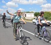 SOSYAL SORUMLULUK PROJESİ - Pedalları 'Tacize' Dikkat Çekmek İçin Çeviriyorlar