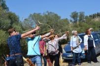Geleneksel Okçular Üç Boyutlu Hedefleri Vurmak İçin Yarıştı