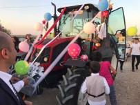 GELİN ARABASI - Evlilik Teklifinde Kullandığı Traktörü Gelin Arabası Yaptı